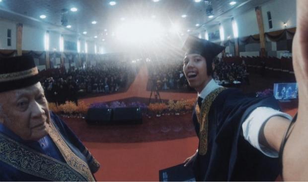 Selfie saat wisuda mahasiswa ini ditunda kelulusannya