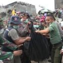 Petugas gabungan mengangkat kantong jenazah korban pesawat Hercules C-130 yang jatuh di Jalan Jamin Ginting, Medan (okezone)