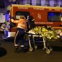 Tim penyelamat mengevakuasi orang yang terluka di Boulevard des Filles du Calvaire, dekat dengan konser Bataclan di pusat kota Paris.