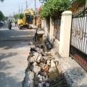Pengerjaan normalisasi saluran air di Jalan P Irian Jaya Raya, Perumnas 3 Bekasi,