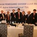 Presiden Direktur PT Astra International Tbk Prijono Sugiarto bersama jajaran direksi PT Astra International Tbk setelah Rapat Umum Pemegang Saham Luar Biasa (RUPSLB), Jakarta (16/11).