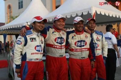 """Sadikin Aksa dan adiknya Subhan """"Ubang"""" Aksa dalam salahs satu kejuaraan reli mobil nasional. (ist)"""
