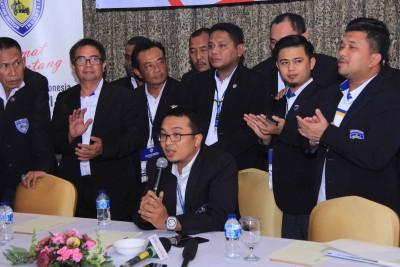 Sadikin Aksa bersama pengurus Pengprov IMI Indonesia.
