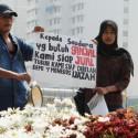 Sugiyanto berniat menjual ginjalnya agar bisa menebus ijazah anaknya seharga Rp17 juta. Ini merupakan judul berita pada media, 26 Juni 2013.   (liputan6.com)
