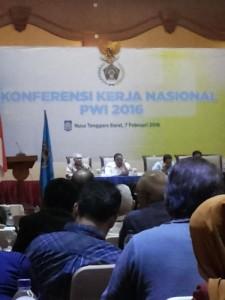 Menteri Koperasi dan UKM Anak Agung Gede Ngurah Puspayoga sebagai pembicara tamu pada Konferensi Kerja Nasional PWI se-Indonesia pada rangkaian acara Hari Pers Nasional (HPN) 2016 di Mataram, Lombok, NTB, Minggu. (arl)