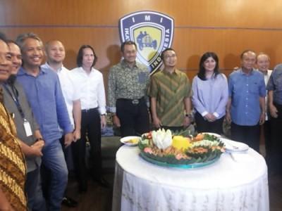 Tumpengan pada acara HUT ke-110 tahun IMI di Jakarta, Senin. (arl)