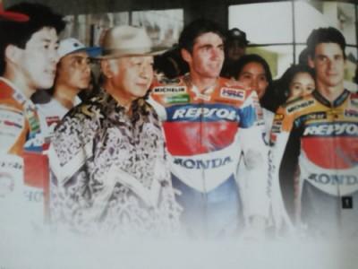 Presiden Soeharto di antara para pebalap asing saat menyaksikan Indonesian GP di Sirkuit Internasional Sentul, 1995.