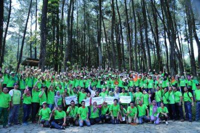 Sebanyak 159 duta lingkungan dari berbagai sekolah di Indonesia beserta guru, Grup Astra, Yayasan Keanekaragaman Hayati Indonesia berfoto bersama saat Adiwiyata Summit 2016, Sentul (24/04).  (ist)