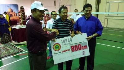 Penyerahan hadiah kejuaraan bulutangkis Piala INNAC kepada salah seorang pemenangnya.  (bd)