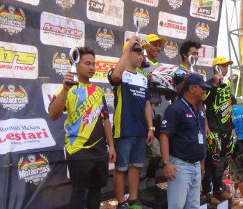Para juara naik podium pada Kejurnas Motokross di Jawa Tengah, Minggu. (ist)