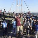 Masyarakat berfotoria di Jembatan Bosphorus, Istanbul, bersama tentara dan persenjataannya, setelah angkatan perang Turki berhasil menggagalkan upaya kudeta.(Al Jazeera/Reuters)