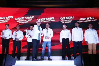 Presiden Direktur PT Astra International Tbk Prijono Sugiarto memberi selamat kepada salah satu penerima apresiasi SATU Indonesia Awards 2016 pada acara penghargaan SATU Indonesia Awards 2016 di Jakarta (27/10).  (ist)