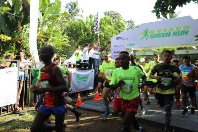 Head of Environment and Social Responsibility PT Astra International Tbk Riza Deliansyah (memegang bendera) dan  Dirlantas Polda Bali Agus LY Rasyid (empat dari kanan) melepas para pelari kategori 13K sebagai tanda dimulainya Astra Green Run 2016 di Desa Taro, Tegallalang, Gianyar, Bali (2/10).  (ist)