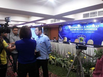 Sadikin Aksa, ketua umum PP IMI sedang diwawancarai media usai musyawarah IMI di Jakarta, Jumat malam.  (arl)