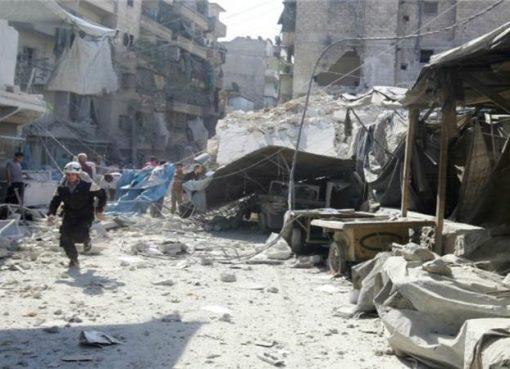 Para penyelamat menyuri sebuah pasar yang porak-poranda akibat serangan udara di timur Aleppo, Suriah. (Reuters)