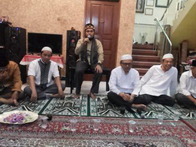 Ustad Syamsul Arifin Nababan di antara komunitas pengajian Ikatan Keluarga Muslim Timbang Galung (IKMTG).  (arl)