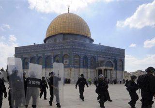 Aparat Israel ketika bentrok dengan warga Palestina di al-Aqsa. (Foto: Al Jazeera)