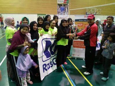 Dubes RI di Qatar Muhammad Basri Sidehabi bersama masyarakat Indonesia.