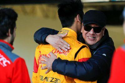 Ricardo Gelael memeluk pebalap Sean Gelael usai balapan di salah satu sirkuit. (mimbar-rakyat.com)