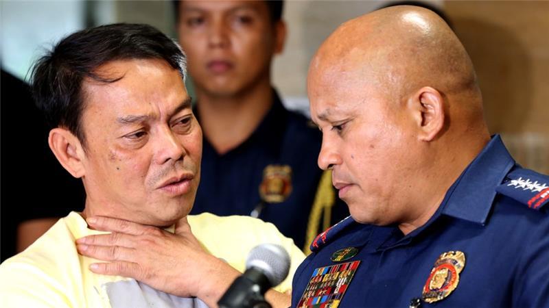 Walikota Ronaldo Espinosa (kiri,) ketika berbicara dengan Kepala Kepolisian Nasional Filipina Ronald dela Rosa, Agustus lalu. (Aljazeera/AFP)
