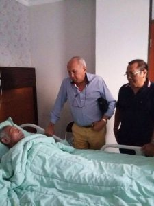 Aswin Bahar ketkka sakit dan dijenguk rekan sesama pebalap, Tinton Soeprapto, dan Indra Saksono.  (ist)