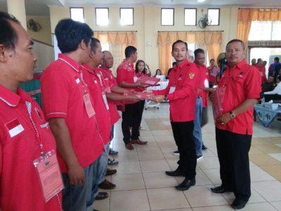 Pemberian SK ranting dan Anak ranting oleh ketua DPC PDI Perjuangan Kota Tebingtinggi Iman Irdian saragih,SE di dampingi Sekretaris Waris.  (al)