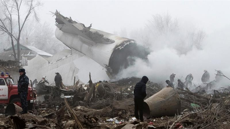 Tim penyelamat turun ke lokasi kecelakaan di dekat bandara Manas. (Reuters/Al Jazeera)