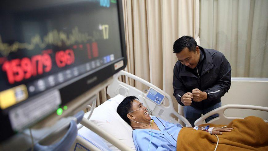 Menpora Imam Nahrawi saat menjenguk Ellyas Pical di Rumah Sakit Harapan Kita, Jakarta Barat, Sabtu (18/2) sore. (foto: kemenpora.go.id)