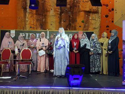 Peggy Melati Sukma ikut menghibur masyarakat Indonesia di Qatar dalam rangka pengumpulan dana membantu korban gempa Aceh. (bd)