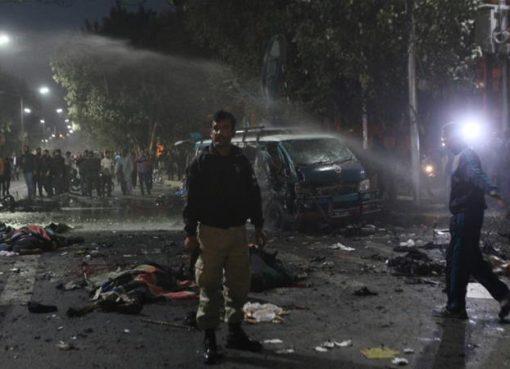 Aparat keamanan menyusuri tempat kejadian ledakan, di Lahore. (Repro: Al Jazzera/Reuters)