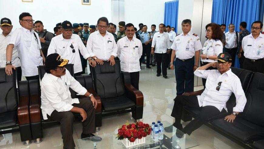 Menkopolhukam RI Wiranto, beserta sejumlah menteri dan pejabat, saat berkunjung ke Natuna, Kepulauan Riau, Rabu (8/3). (Foto: kemendagri.go.id)