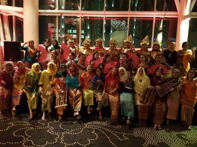 Para ibu meriahkan festival budaya dan makanan Indonesia di Qatar.  (bd)