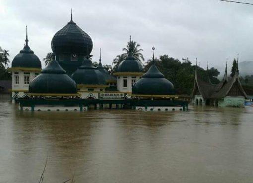 Sebuah masjid di Kabupaten 50 Kota terendam akibat musibah banjir dan longsor, Jumat (3/3). (Foto: Istimewa)