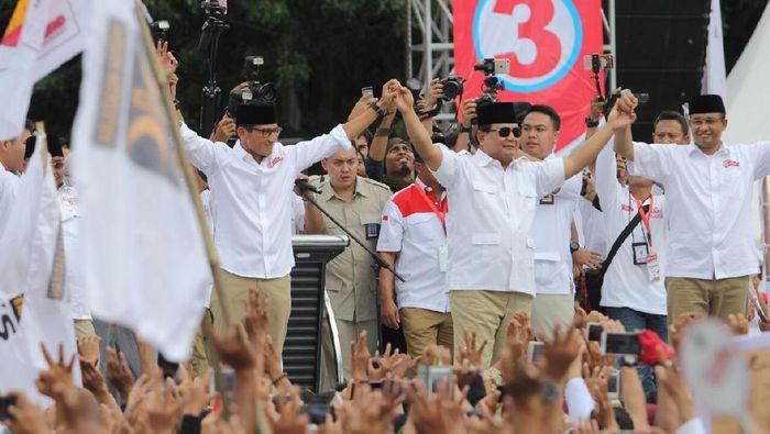 Pasaangan Anies-Sandi bersama Ketum Gerindra Prabowo Subianto dalam kampanye Pilgub DKI. (Foto: Timses Anies-Sandi)