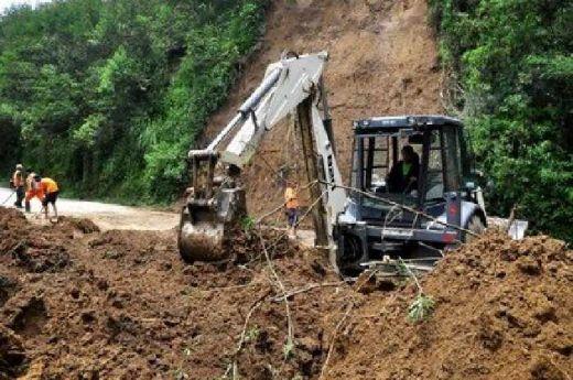 Alat berat sedang membersihkan jalan provinsi dari longsoran.(kemendagri.go.id)