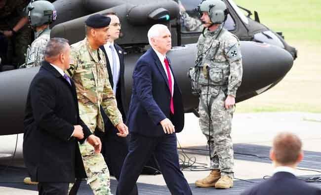 Di tengah ketegangan akibat provokasi Korea Utara dengan uji coba rudalnya, Wakil Presiden AS Mike Pence (tengah) mengunjungi kamp militer Demilatitazed Zona (DMZ) di Bonifas, Paju, dekat perbatasan Korea Utara dan Selatan, Panmunjom, Minggu (16/4). (Foto: AFP/Arab News)