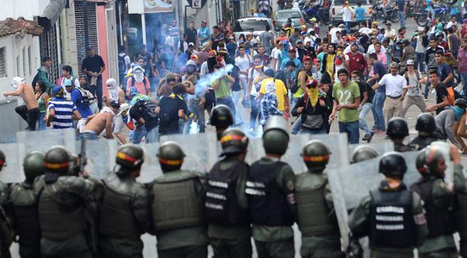 Demonstran bentrok dengan polisi anti huru hara dalam sebuah demonstrasi menentang Presiden Venezuela Nicolas Maduro, di San Cristobal, Venezuela, beberapa waktu lalu.(Foto: AFP/France 24)