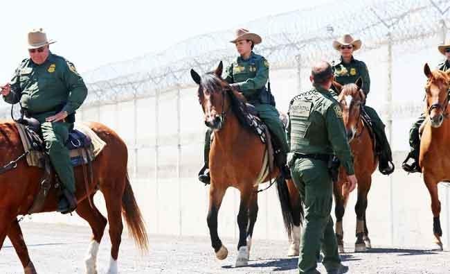 Anggota patroli perbatasan AS ketika melakukan pengawasan di perbatasan AS-Meksiko, di Otay Mesa, Kalifornia, 21 April lalu. (Foto: AFP/Arab News)