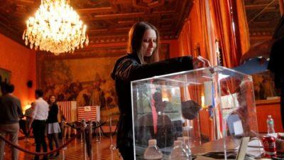 Seorang warga Prancis ketika memberikan suara untuk pemilihan Presiden Prancis, di Konsulat Prancis, di New York. (Reuters/BBC News)