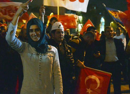 Masyarakat Turki menyabut hasil referendum tentang perubahan konstitusi, Minggu. Hasil itu akan berlaku setelah pemilihan presiden dan parlemen 2019 ditetapkan. (Foto: Al Jazeera)