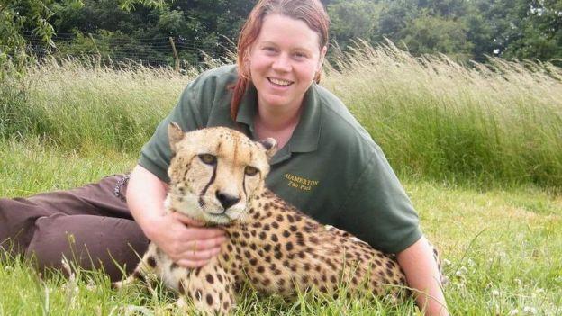 Rosa King bersama seekor harimau. (Foto: Hamerton Zoo Park/facebook/BBC News)