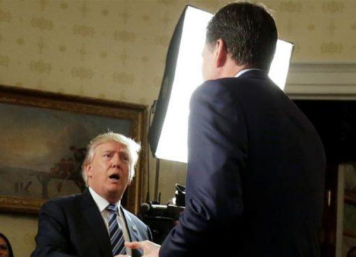 Presiden Trump ketika menerika (mantan) Direktur FBI James Comey di Gedung Putih, Januari lalu. (Foto: Reuters/Al Jazeera)