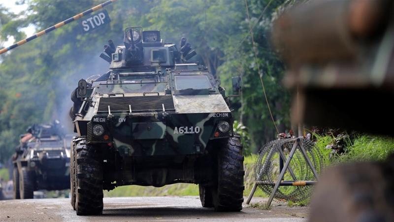 Iring-iringan kendaraan militer pro pemerintah sedang bergerak di Marawi (Foto: Reuters/Al Jazeera)
