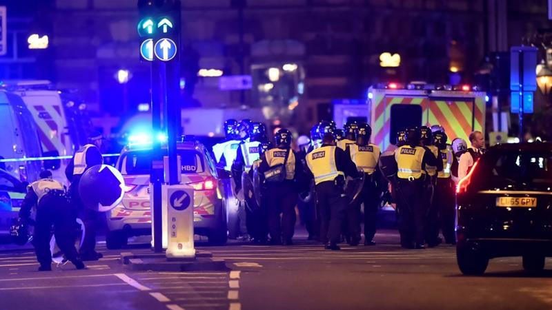 Polisi bersenjata bergegas ke tempat kejadian dan menembak mati tiga penyerang laki-laki. (Foto: Reuters/Al Jazeera)