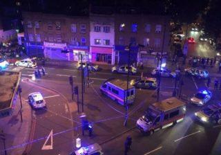 Suasana di wilayah sekitar Masjid Finsbury Park London, tempat terjadinya penabrakan terhadap pejalan kaki (jamaah masjid) yang berjalan di trotoar. (Foto: Reuters/BBC News)