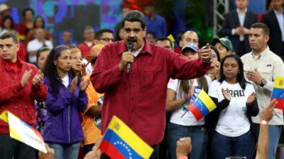 Presiden Maduro yang menghadapi protes rutin terhadap pemerintahnya dalam tiga bulan terakhir, bicara di depan massa pendukungnya, di Caracas. (Foto: EPA/BBC News)