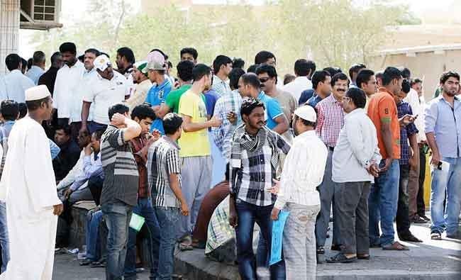 Ratusan pekerja mengantri di salah Kedutaan Besar negara mereka manfaat amnesti yang dikeluarkan Arab Saudi. (Foto: Arab News)