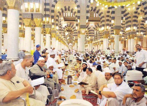 Ratusan jamaah membaca Al Qur'an menjelang berbuka puasa, Sabtu (17/6), di Masjid Nabawi Madinah. (Foto: Arab News)