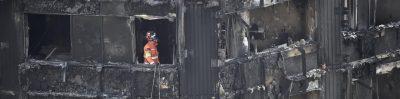 Petugas pemadam kebakaran memeriksa apartemen Menara Grenfell London yang hangus.(Foto: Al Jazeera)