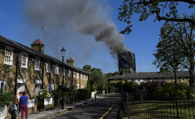 Seoang warga menyaksikan kebakaran Menara Grenfell London, 24 lantai, dari kejauhan.(Foto:Reuter/Arab News)